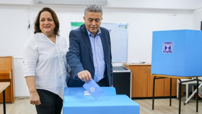 Labour leader Amir Peretz voting in Sderot earlier this month. His party lost even more seats in the election (Photo: Flash 90)